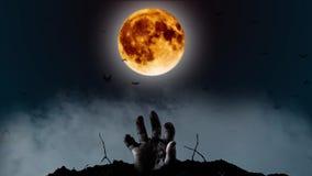 Το ανθρώπινο χέρι αναρριχείται αργά από το έδαφος από πίσω από ένα κίτρινο φεγγάρι και μια μπλε αστραπή αστράφτει Σκούρο μπλε καπ απόθεμα βίντεο