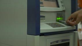 Το ανθρώπινο χέρι εφαρμόζει μια πιστωτική κάρτα pos στο τερματικό Λεπτομέρεια της κάρτας Μηχανή πιστωτικών καρτών για τη συναλλαγ φιλμ μικρού μήκους