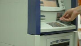 Το ανθρώπινο χέρι εφαρμόζει μια πιστωτική κάρτα pos στο τερματικό Λεπτομέρεια της κάρτας Μηχανή πιστωτικών καρτών για τη συναλλαγ απόθεμα βίντεο