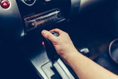 Το ανθρώπινο χέρι μεταστρέφει την αυτόματη κινηματογράφηση σε πρώτο πλάνο μετάδοσης Κλείστε επάνω την άποψη εργαλείων εσωτερικών  στοκ εικόνα