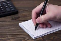 Το ανθρώπινο χέρι που γράφει με μια μάνδρα ballpoint Στοκ εικόνα με δικαίωμα ελεύθερης χρήσης