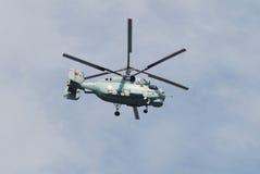 Το ανθυποβρυχιακό ελικόπτερο γεφυρών Κα-27PL στο νεφελώδη ουρανό Στοκ φωτογραφία με δικαίωμα ελεύθερης χρήσης