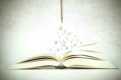 Το ανοιγμένο βιβλίο με την επιστολή αλφάβητου που πετά από τις σελίδες, vintag Στοκ φωτογραφίες με δικαίωμα ελεύθερης χρήσης