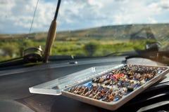 Το ανοικτό κιβώτιο του χεριού έδεσε τις μύγες αλιείας μυγών στοκ εικόνες με δικαίωμα ελεύθερης χρήσης