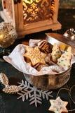Το ανοικτό μέταλλο μπορεί γεμισμένος με τα μπισκότα Χριστουγέννων Στοκ φωτογραφία με δικαίωμα ελεύθερης χρήσης