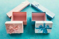 Το ανοικτό μπλε ροζ κιβωτίων δώρων επιλέγει το παρόν κορίτσι αγοριών Στοκ φωτογραφίες με δικαίωμα ελεύθερης χρήσης