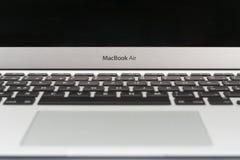 Το ανοικτό σύγχρονο νέο lap-top, κλείνει επάνω την άποψη Στοκ Εικόνα