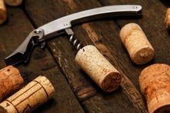 Το ανοιχτήρι και το κρασί βουλώνουν Στοκ εικόνες με δικαίωμα ελεύθερης χρήσης