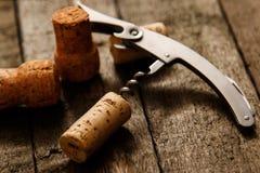 Το ανοιχτήρι και το κρασί βουλώνουν Στοκ φωτογραφία με δικαίωμα ελεύθερης χρήσης