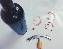 Το ανοιχτήρι φελλού Winebottle λεκιάζει το κόκκινο openbottle κρασιού redwine στοκ φωτογραφία