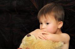 Το αντανακλαστικό αγκάλιασμα αγοριών teddy αντέχει Στοκ Εικόνες