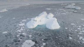 Το ανταρκτικό εναέριο ζουμ παγόβουνων παγετώνων βλέπει έξω απόθεμα βίντεο