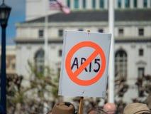 Το αντι σημάδι AR-15 κράτησε στο Μάρτιο για τη συνάθροιση ζωών μας στο SAN Francis Στοκ φωτογραφίες με δικαίωμα ελεύθερης χρήσης