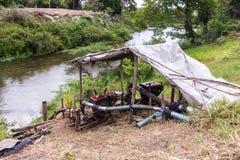 Το αντλώντας νερό από καλά υποβλήθηκε από τον αντλία-παλαιό αγρότη στοκ φωτογραφία