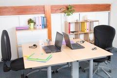 Το ανώτατο στέλεχος επιχείρησης ζευγαρώνει το επιτραπέζιο γραφείο σε ένα σύγχρονο γραφείο με τον υπολογιστή γραφείου στοκ φωτογραφία με δικαίωμα ελεύθερης χρήσης