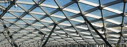 Το ανώτατο όριο γυαλιού του σύγχρονου κτηρίου υποστηρίζει τις ακτίνες ενός χάλυβα Στοκ φωτογραφία με δικαίωμα ελεύθερης χρήσης