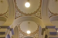Το ανώτατο όριο archs και οι θόλοι κλείνουν επάνω του Σαράγεβου Δημαρχείο Στοκ Εικόνες
