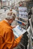 Το ανώτερο άτομο αγοράζει αγγλικός Τύπος για το Ηνωμένο γενικό electi Στοκ Εικόνα