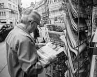 Το ανώτερο άτομο αγοράζει αγγλικός Τύπος για το Ηνωμένο γενικό electi Στοκ φωτογραφία με δικαίωμα ελεύθερης χρήσης