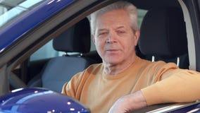 Το ανώτερο άτομο εξετάζει το δευτερεύοντα καθρέφτη του αυτοκινήτου απόθεμα βίντεο