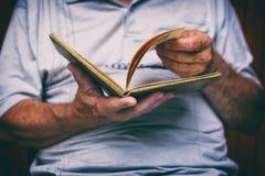 Το ανώτερο άτομο διαβάζει το παλαιό βιβλίο Στοκ εικόνα με δικαίωμα ελεύθερης χρήσης