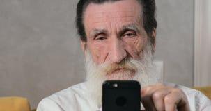 Το ανώτερο άτομο παίρνει ταραγμένο με Smartphone φιλμ μικρού μήκους