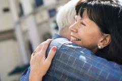 Το ανώτερο γλυκό αγάπης ζευγών αγκαλιάζει την έννοια Στοκ Εικόνες