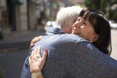 Το ανώτερο γλυκό αγάπης ζευγών αγκαλιάζει την έννοια Στοκ φωτογραφία με δικαίωμα ελεύθερης χρήσης