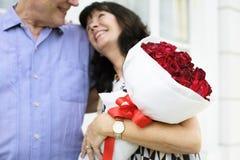 Το ανώτερο γλυκό αγάπης ζευγών αγκαλιάζει Στοκ Φωτογραφία