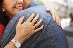 Το ανώτερο γλυκό αγάπης ζευγών αγκαλιάζει Στοκ Εικόνες