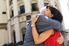 Το ανώτερο γλυκό αγάπης ζευγών αγκαλιάζει Στοκ Φωτογραφίες