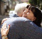 Το ανώτερο γλυκό αγάπης ζευγών αγκαλιάζει Στοκ Εικόνα