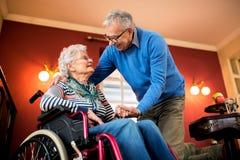 Το ανώτερο ερωτευμένο, ανώτερο άτομο ζευγών φροντίζει τη σύζυγό του Στοκ Εικόνες