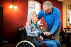 Το ανώτερο ερωτευμένο, ανώτερο άτομο ζευγών φροντίζει τη σύζυγό του Στοκ φωτογραφία με δικαίωμα ελεύθερης χρήσης
