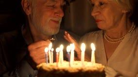 Το ανώτερο ζεύγος γιορτάζει με το κέικ στο σπίτι Ανώτερο άτομο που κάνει την πρόταση γάμου με το δαχτυλίδι αρραβώνων απόθεμα βίντεο