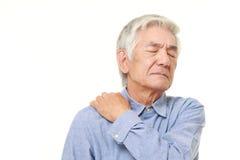 Το ανώτερο ιαπωνικό άτομο πάσχει από τον πόνο λαιμών Στοκ εικόνες με δικαίωμα ελεύθερης χρήσης