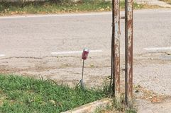 Το απομονωμένο κόκκινο μπορεί στην οδό στοκ φωτογραφίες με δικαίωμα ελεύθερης χρήσης