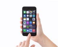 Το απομονωμένο τηλεφωνικό iPhone 6 διαστημικός γκρίζος σε μια γυναίκα δίνει Στοκ εικόνα με δικαίωμα ελεύθερης χρήσης