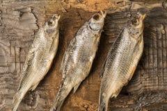 Το αποξηραμένο ψάρι βρίσκεται σε μια ξύλινη επιφάνεια Στοκ Φωτογραφίες