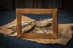 Το αποξηραμένο ψάρι βρίσκεται στη σκοτεινή επιφάνεια πετρών Στοκ Φωτογραφίες