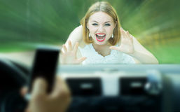 Το απρόσεκτο αυτοκίνητο οδηγών χρησιμοποιεί το τηλέφωνο και τους κτύπους ένας πεζός Στοκ Εικόνες