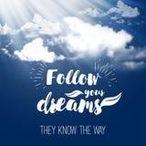 Το απόσπασμα έμπνευσης ακολουθεί τα όνειρά σας στο υπόβαθρο ουρανού με τα χνουδωτά σύννεφα Στοκ φωτογραφία με δικαίωμα ελεύθερης χρήσης