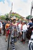 Το από το Μπαλί άτομο έντυσε στους παραδοσιακούς περιπάτους κοστουμιών στην πομπή σε Ubud, Μπαλί κατά τη διάρκεια της κηδείας βασ στοκ εικόνες