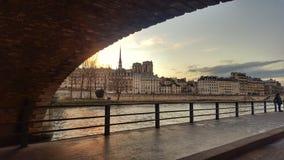 Το απλάδι ποταμών το βράδυ, Παρίσι, Γαλλία Στοκ φωτογραφίες με δικαίωμα ελεύθερης χρήσης
