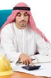Το αραβικό άτομο που εργάζεται στο γραφείο Στοκ εικόνες με δικαίωμα ελεύθερης χρήσης