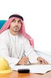 Το αραβικό άτομο που εργάζεται στο γραφείο Στοκ Φωτογραφίες