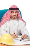 Το αραβικό άτομο που εργάζεται στο γραφείο Στοκ φωτογραφία με δικαίωμα ελεύθερης χρήσης