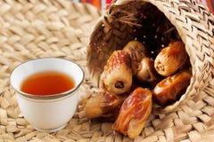 Το αραβικό τσάι και οι ημερομηνίες συμβολίζουν την αραβική φιλοξενία στοκ εικόνες με δικαίωμα ελεύθερης χρήσης