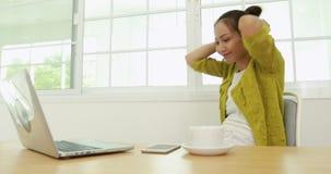 Το αρκετά ασιατικό τέντωμα επιχειρησιακών γυναικών χαλαρώνουν και η εργασία με το σημειωματάριο υπολογιστών απόθεμα βίντεο