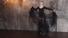 Το αρκετά νέο ballerina περπατεί στα παπούτσια pointe τις γραφικές διακοσμήσεις φιλμ μικρού μήκους